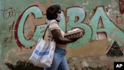 Una mujer carga un cartón de huevos por una calle de La Habana. (AP/Ramon Espinosa)