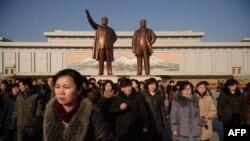 Ciudadanos de Pyongyang rinden tributo a Kim Il Sung (right.) en 76 aniversario de la fundación de Corea del Norte.