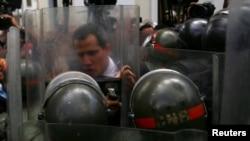 Guaidó enfrenta a la policía militarizada que rodea el palacio legislativo. REUTERS/Fausto Torrealba