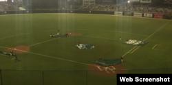 Comenzó a llover en el estadio Hiram Bithorn de San Juan, Puerto Rico.