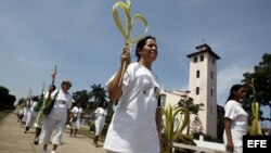 Las Damas de Blanco marchan con ramos de palma el domingo 1 de abril de 2012, como parte del Domingo de Ramos en La Habana (Cuba). EFE/Alejandro Ernesto