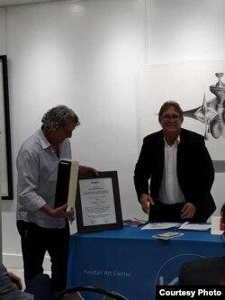 Armando de Armas recibe el Premio Ensayo Ego de Kaska 2020 de manos del historiador Ángel Velázquez Callejas..