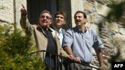El general Raúl Castro, su nieto Raúl Guillermo y su hijo Alejandro Castro, en Lancara, Galicia.