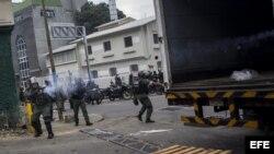 Miembros de la GNB enfrentan a manifestantes opositores