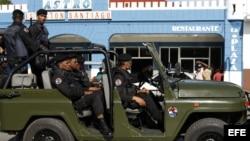 Soldados de las Tropas Especiales cubanas patrullan los alrededores del altar preparado para la misa que oficiará el papa Benedicto XVI el próximo lunes en la Plaza de la Revolución Antonio Maceo, en Santiago de Cuba