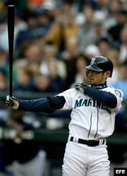 Ichiro Suzuki se prepara para batear.