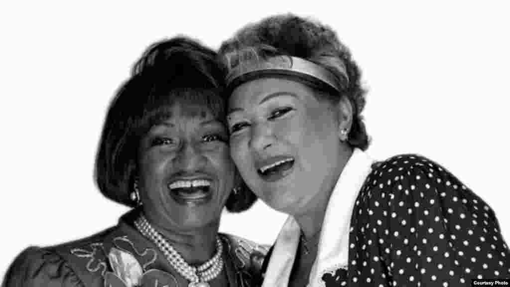 Las cantantes Celia Cruz y Olga Guillot posan para Koltun, en la que sería su última fotografía de estudio juntas.