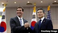 El secretario de Defensa, Mark Esper,y el ministro de Defensa de Corea, Jeong Kyeong-doo.