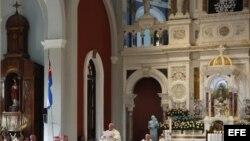El papa Francisco oficia la misa en el Santuario de la Virgen de la Caridad del Cobre.