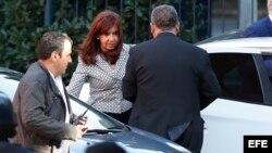 La expresidenta argentina Cristina Fernández de Kirchner (c) llega hoy, martes 7 de marzo de 2017, a los tribunales de Comodoro Py en Buenos Aires (Argentina).