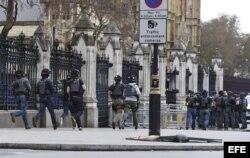 Agentes de policía británicos permanecen en guardia tras un tiroteo ante el Parlamento en Londres, Reino Unido, hoy, 22 de marzo de 2017.