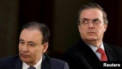 El canciller mexicano Marcelo Ebrard (derecha) junto al ministro de Seguridad, Alfonso Durazo.