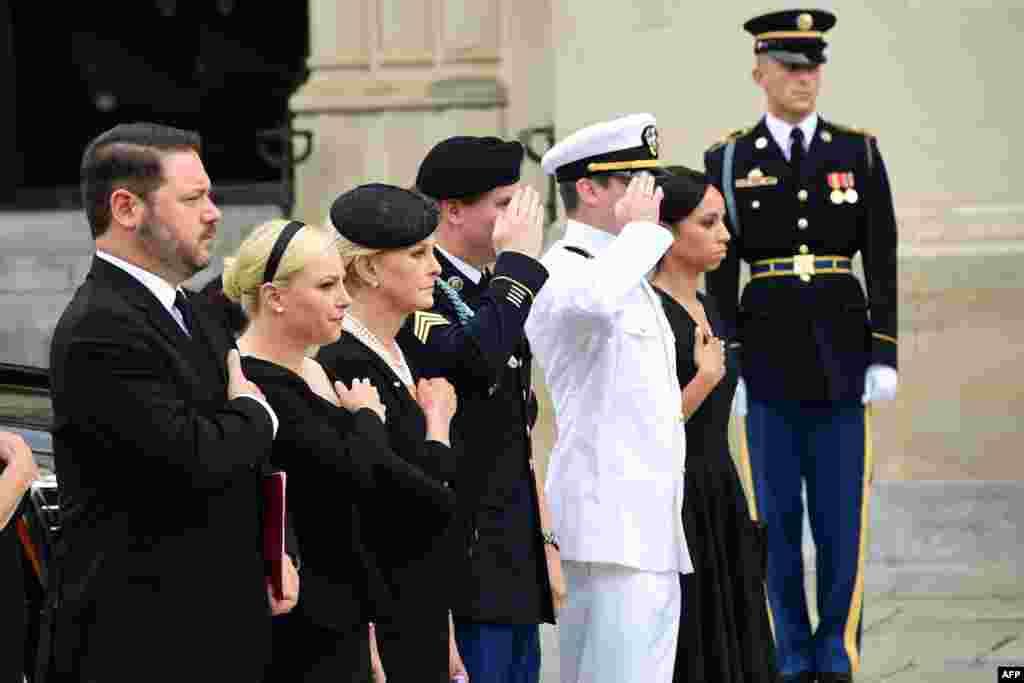 La familia de John McCain en los funerales.
