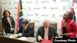 El embajador cubano en Pretoria, Carlos Fernández de Cossio (d) y el ministro de Comercio Rob Davies.