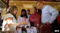 El secretario de Agricultura de Estados Unidos, Thomas Vilsack, conversa con comerciantes durante una visita a un mercado agropecuario hoy, viernes 13 de noviembre de 2015, en La Habana (Cuba). Vilsack cierra hoy su primera visita oficial a Cuba para prom