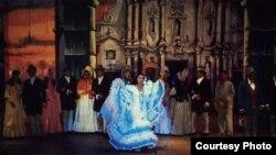 """Marta Pérez, en una escena de la zarzuela """"Cecilia Valdés"""", en la Plaza de la Catedral diseñada por Demetrio Menéndez en 1970. Miami-Dade County Auditorium."""