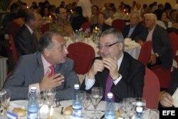 El vicesecretario general del PSOE, José Blanco (d), habla con Victor Moro (i), el 5 de noviembre de 2008 durante una cena de la Asociación de Empresarios Españoles en Cuba.