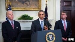 El presidente de Estados Unidos, Barack Obama (c), presenta junto al vicepresidente, Joseph Biden (i), y al secretario de Defensa, Ashton Carter (d), su plan para cerrar la cárcel de Guantánamo, Cuba en la Casa Blanca en Washington,
