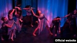 Obra de teatro con música, Alcestis Asciende entreteje diálogos en español e inglés, cuenta con 15 actores y bailarines de la CNAE y 8 de la Universidad de Alabama.