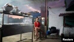 Una cuentapropista vende alimentos en una cafetería privada de La Habana. REUTERS/Alexandre Meneghini