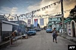 Una mujer cocina en la calle en un barrio de La Habana.