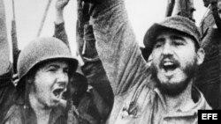 Fidel Castro celebra la victoria del movimiento revolucionario sobre el régimen de Fulgencio Batista. A su lado, su hermano Raúl Castro (d-i).