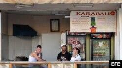 Trabajadores de una cafetería estatal conversan mientras esperan la llegada de algún cliente. Foto: Archivo.