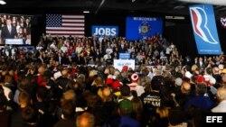 Mitt Romney (c), da un discurso durante el acto de campaña convocado en el auditorio de West Allis, Wiscosin, Estados Unidos.