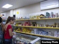Los padres cubanos se ven obligados a comprar leche en polvo en moneda convertible. El paquete puede costar la cuarta parte del salario.