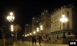 Vista nocturna en el Paseo del Prado en La Habana, Cuba.