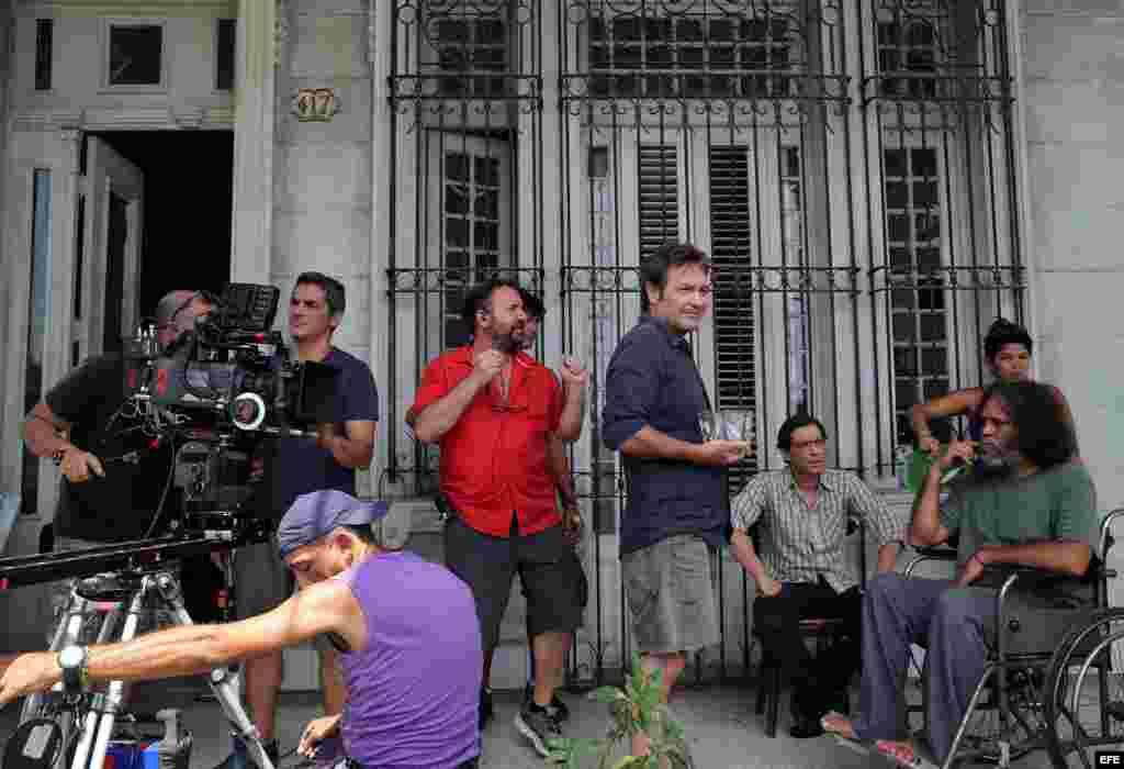 Los actores cubanos Jorge Perugorría (c), Jorge Martínez (2-d) y Luis Alberto García (d) durante el rodaje.