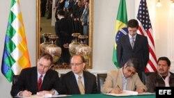 Fotografía de archivo. El encargado de Negocios de la Embajada de EE.UU. en La Paz, John Creamer (i), junto al embajador brasileño Marcel Fortuna Biato (2i), y el ministro de Gobierno de Bolivia (Interior), Wilfredo Chávez (2d). EFE/Ministerio de Gobierno