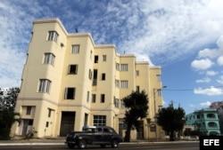 Fotografía de un edificio exponente de la arquitectura Art Deco. El Art Deco o Arte Nuevo, un estilo que marcó la arquitectura, la decoración y el diseño en las primeras décadas del siglo XX, dejó exponentes emblemáticos en Cuba