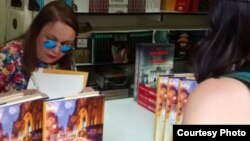 La escritora Zoé Valdés firma ejemplares de su libro en Madrid. Foto: Nuria.