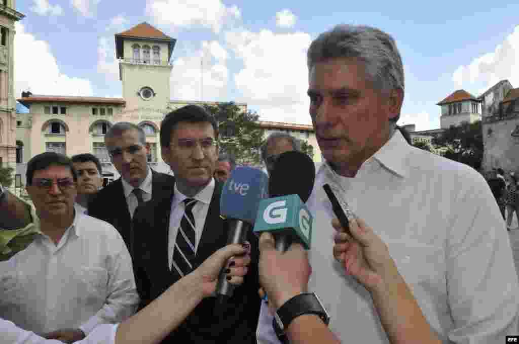 El vicepresidente cubano Miguel Díaz-Canel (d) conversa con periodistas junto al presidente del gobierno regional de Galicia, Alberto Núñez Feijóo (c), y el canciller cubano Bruno Rodrigues Parrilla (i), durante un pequeño recorrido por La Habana Vieja an