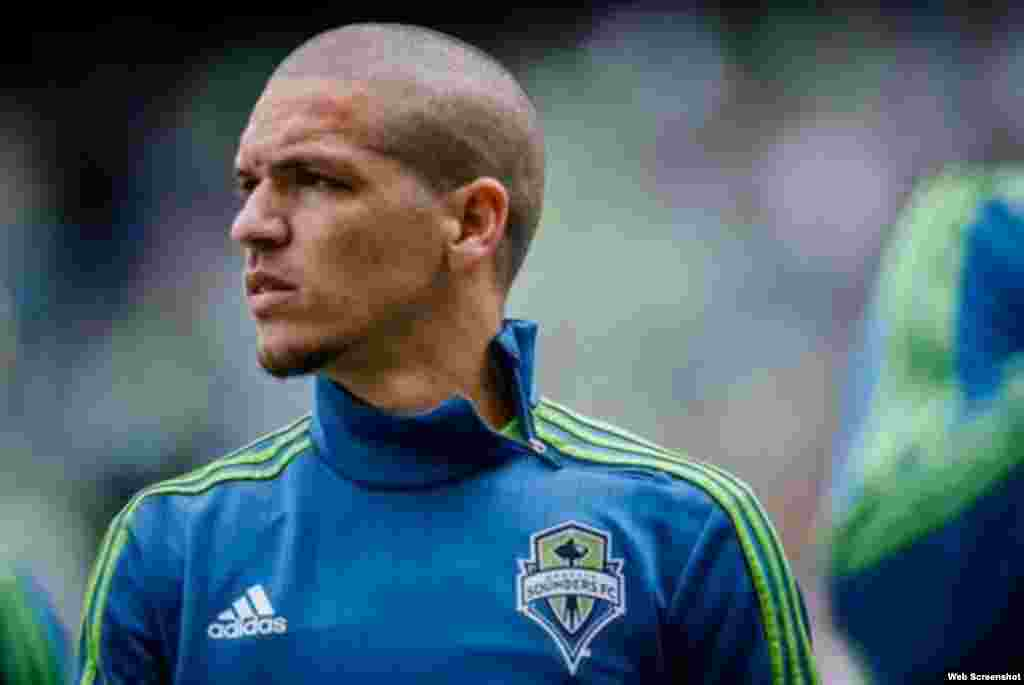 """Osvaldo """"Ozzie""""Alonso (San Cristóbal, 1985), juega actualmente con el club Seattle Sounders FC en las Grandes Ligas del Fútbol estadounidense, donde fue seleccionado el Jugador Más Valioso del equipo en 2010 y 2011."""
