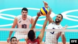 Osmany Juantorena (d) en acción frente al equipo de voleibol de EEUU.