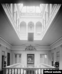 El recibidor de la mansión ubicada en el 3630 de la calle 16 de Washington. Foto Biblioteca del Congreso.