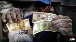 Ante los temores del impacto social que traerá la unificación monetaria, las autoridades han tomado la opción más lenta y agónica, afirma economista.