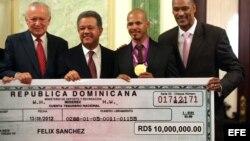 De izquierda a derecha, el vicepresidente dominicano Rafael Alburquerque, el presidente dominicano, Leonel Fernández, el medallista olímpico Félix Sánchez, oro en los 400 metros vallas, y el ministro de deportes, Jay Payano.