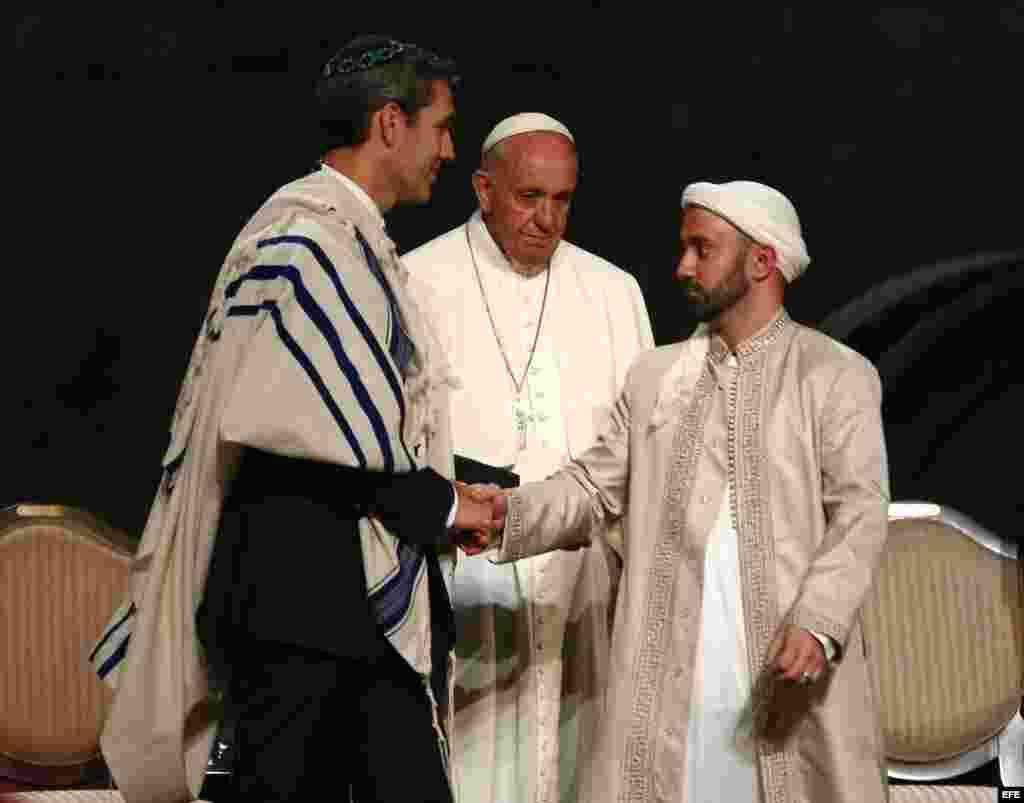 El papa Francisco (c) junto con un musulmán y a un judío durante un oficio multireligioso en el Memorial del 11-S en Nueva York.