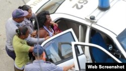 Berta Soler, líder de las Damas de Blanco, durante uno de los míltiples arrestos que ha sufrido por manifestarse pacíficamente. (Foto: Raza e Igualdad)