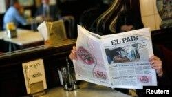Primera edición del diario español El País del 24 de enero con la falsa foto de Hugo Chávez en la portada.