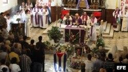 Vista general de la ceremonia fúnebre del opositor cubano Oswaldo Payá oficiada por el arzobispo de La Habana, cardenal Jaime Ortega.