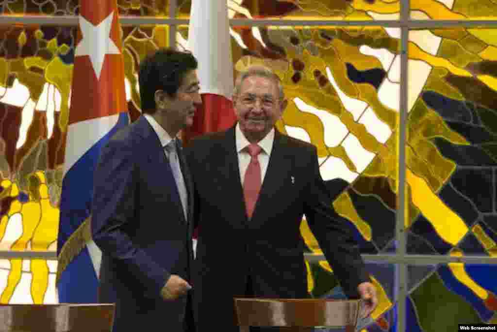 El premier japonés Sizho Abe y el gobernante cubano Raúl Castro