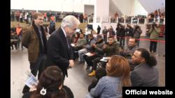 El presidente de Chile, Sebastián Piñera conversa con algunos inmigrantes beneficiados por su proceso de reguloarización migratorio. Foto Presidencia de Chile