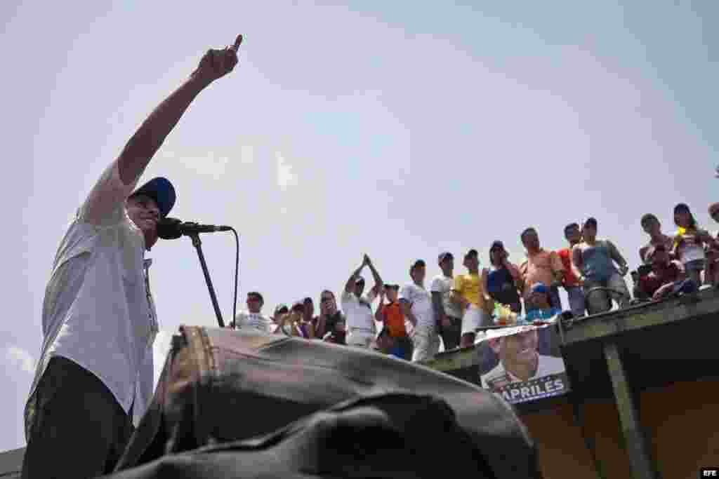 El candidato presidencial Henrique Capriles durante una caravana electoral en San Juan de Los Morros.