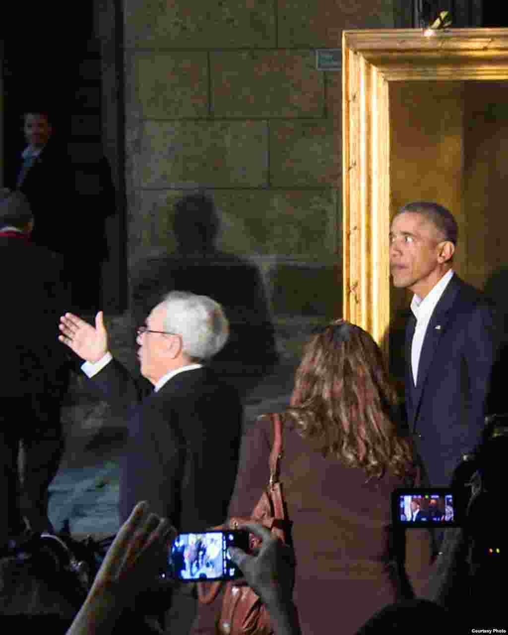Eusebio Leal explica al presidente Obama.