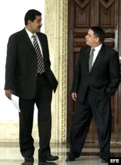 Archivo - El canciller de Venezuela, Nicolás Maduro (izq), y su homólogo cubano, Felipe Pérez Roque (der), conversan en Caracas.