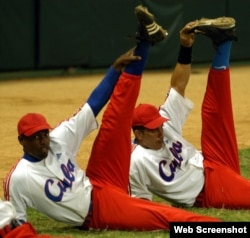 Peloteros cubanos entrenan en el Latinoamericano. Foto archivo.